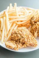 batatas fritas e frango frito foto