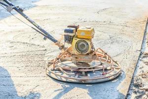 termine o concreto úmido com uma ferramenta especial