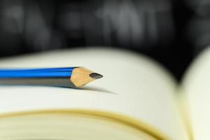 um lápis em um livro foto
