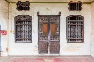 edifício de estilo sino português em phuket, tailândia