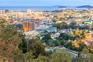 khao tocou o ponto de vista da cidade de phuket à noite, na tailândia foto