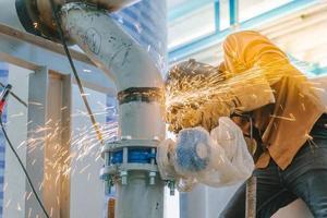 trabalhador da indústria pesada moendo tubo de aço foto