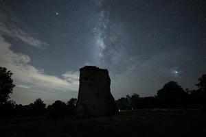 Via Láctea e silhueta de rocha