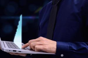 homem de negócios usando o computador portátil
