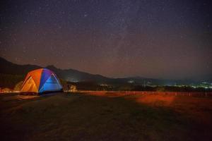 tenda colorida e céu estrelado