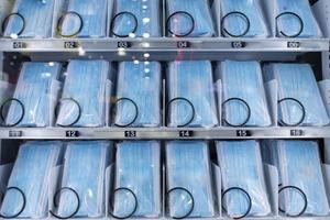 máscaras faciais em um dispensador que funciona com moedas