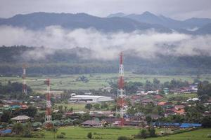nevoeiro sobre uma aldeia e montanhas foto