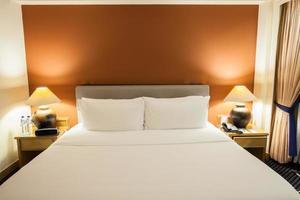 cama de hotel e uma parede laranja foto