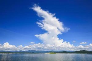 nuvens acima da água