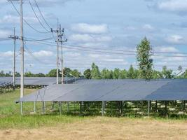 painéis solares perto de postes de telefone foto