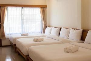 quarto de hotel com fileira de camas foto