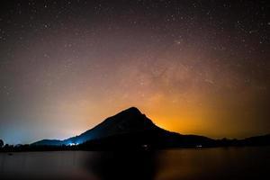 céu estrelado sobre uma montanha