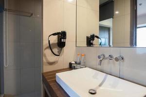 interior do banheiro do hotel foto