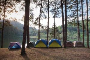 tendas perto de um lago foto