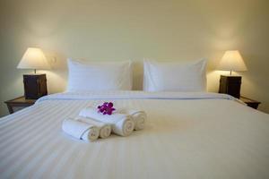 cama de hotel com toalhas foto