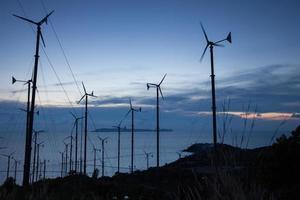turbinas eólicas ao pôr do sol foto
