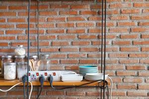 prateleira em uma cozinha foto