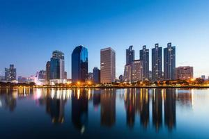 reflexo da paisagem urbana na água à noite foto