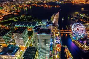 paisagem urbana colorida à noite