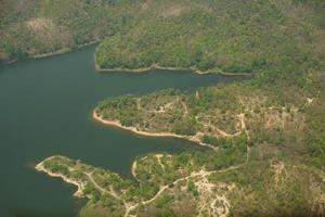 vista aérea de montanhas perto da água