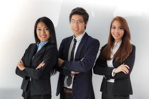 três jovens profissionais posando juntos