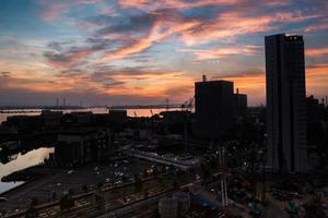 silhueta da cidade ao pôr do sol