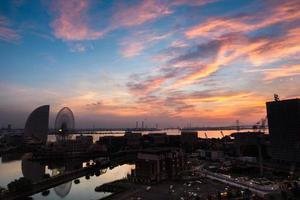 silhueta de uma cidade ao pôr do sol