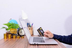 empresário usando laptop e cartão de crédito foto