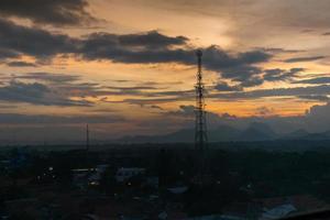 torre de rádio e um pôr do sol