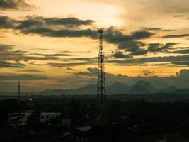 torre de rádio ao pôr do sol