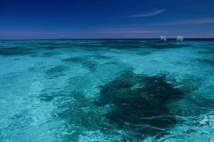 água limpa e céu com barcos