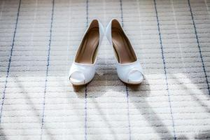 sapatos de noiva no chão foto