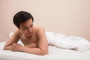 homem bonito acordando na cama