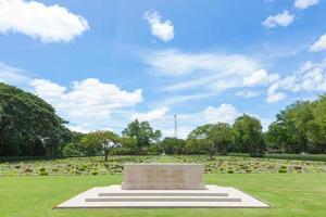 cemitério de guerra na segunda guerra mundial em kanchanaburi, tailândia