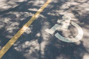 sinal de cadeira de rodas na estrada foto