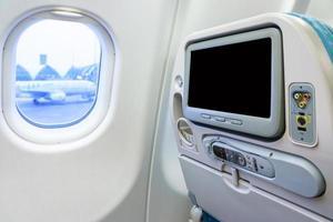 monitor privado no assento do avião foto