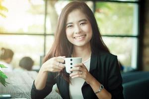 mulher de negócios asiática está sorrindo