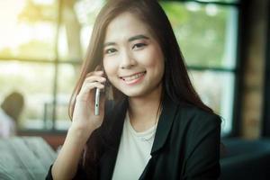 mulher de negócios usando telefone celular inteligente