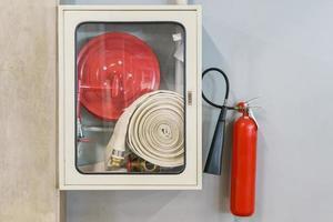 equipamento de extinção de incêndio na parede