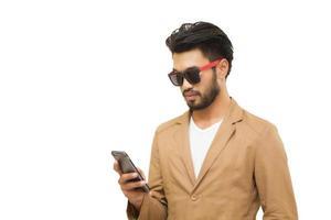 homem de negócios asiático em fundo branco foto