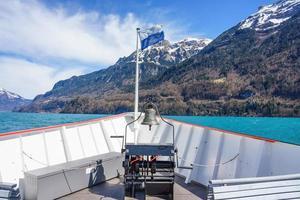 Lago Brienz de um barco em movimento em Berna, Suíça foto