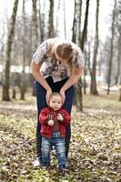 jovem mãe e filho em um parque