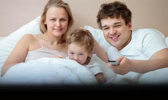 família feliz assistindo televisão