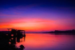 pôr do sol colorido sobre um corpo de água