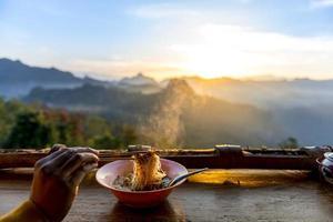 macarrão na montanha de névoa jabo foto