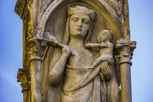 virgem maria com a estátua do bebê jesus na piazza bra em verona, itália