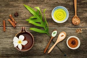 folhas com ingredientes de spa naturais foto