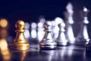 jogo de tabuleiro de xadrez com peças de ouro e prata