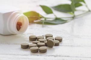 comprimidos de ervas na mesa branca