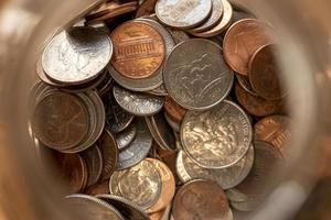 vista de cima de nós moedas em um pote de dinheiro